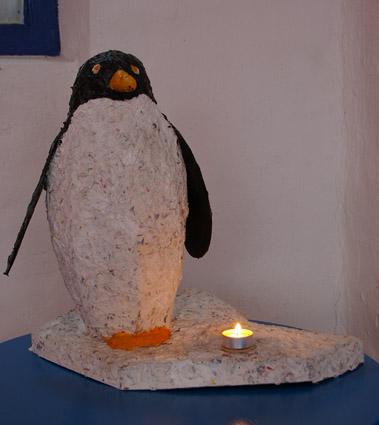 diy figuren aus pappmach ein niedlicher pinguin recyclingkunst und der versuch langsam und. Black Bedroom Furniture Sets. Home Design Ideas