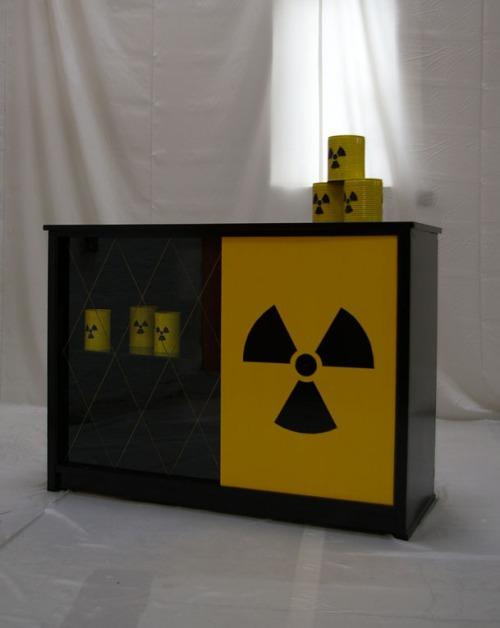 Fertige Atom-Kommode mit passenden Dosen als Dekoration