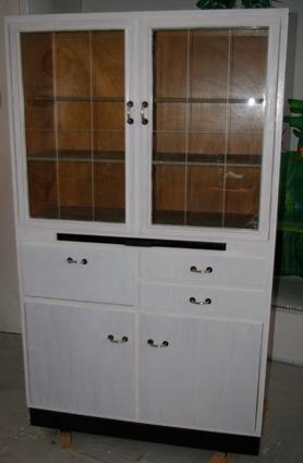 alter k chenschrank weiss lasiert recyclingkunst und der versuch langsam und nachhaltig zu leben. Black Bedroom Furniture Sets. Home Design Ideas