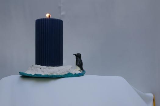 Kerzenständer aus Pappmache mit Pinguin
