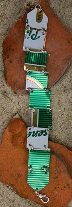 Armband aus einer grünen Bierdose