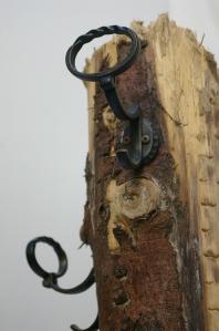 Schmiedeeiserne Garderobenhaken auf der Treibholzgarderobe
