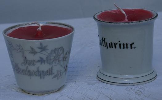 Kerzen in Tassen