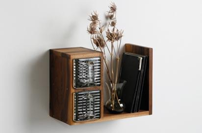kleines regal mit glassch tten recyclingkunst und der versuch langsam und nachhaltig zu leben. Black Bedroom Furniture Sets. Home Design Ideas