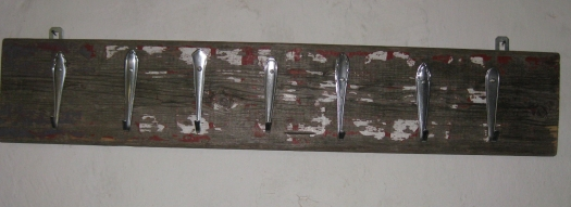 Treibholzgarderobe mit altem Besteck