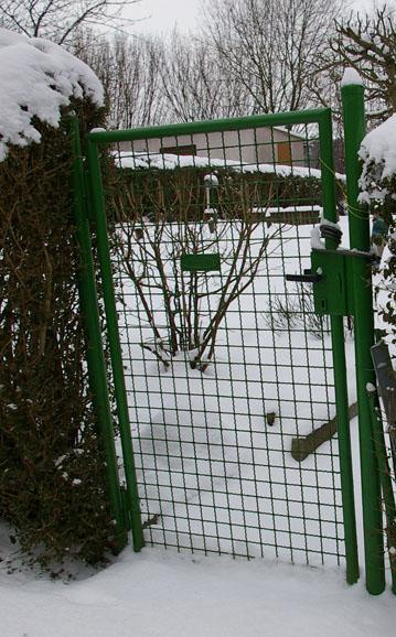 Grünes Gartentor mit quadratischen Formen