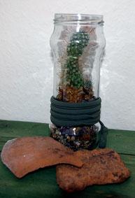 Kaktus im Glas mit Deko