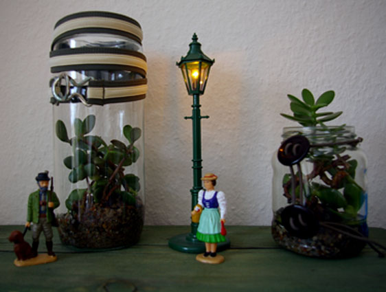 Dekorations ideen mit pflanzen gl sern recyclingkunst und der versuch langsam und nachhaltig - Glaser dekorieren mit sand ...