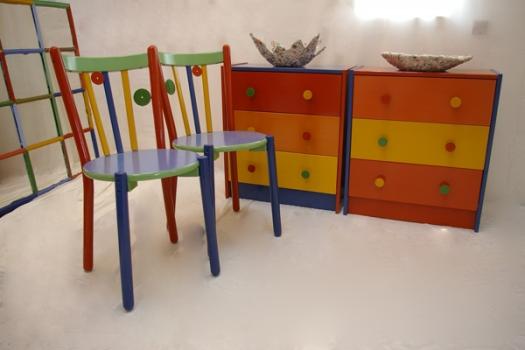 bunte m bel alte st hle und kommoden von ikea neu gestaltet recyclingkunst und der versuch. Black Bedroom Furniture Sets. Home Design Ideas