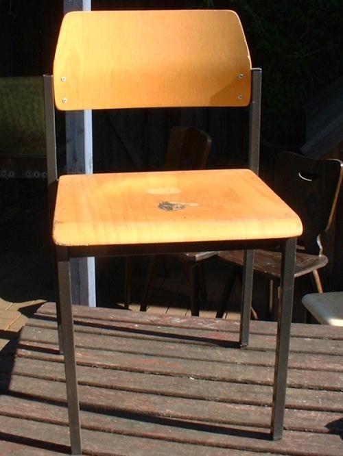 farbiger stuhl recyclingkunst und der versuch langsam und nachhaltig zu leben. Black Bedroom Furniture Sets. Home Design Ideas