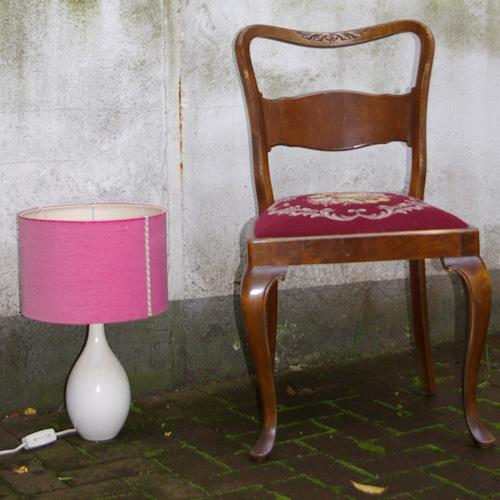alter stuhl und lampe
