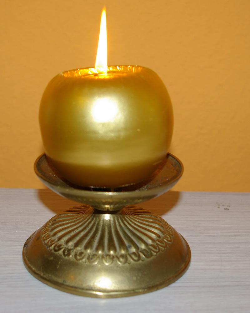 Messingleuchter mit Kerze