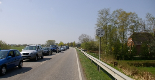 Autoschlange an der Eider Lexfähre