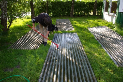 Dachplatten zum Reinigen auf dem Rasen