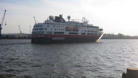 das Schiff Hurtigruten auf dem Hafengeburtstag in Hamburg