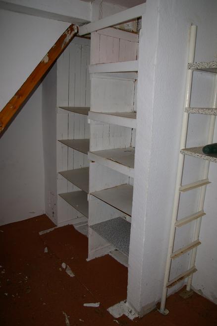 Linkes Regal in der Abstellkammer