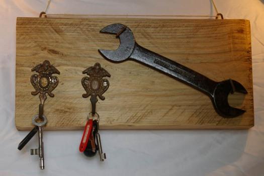 Schlüsselbrett mit Schraubenschlüssel