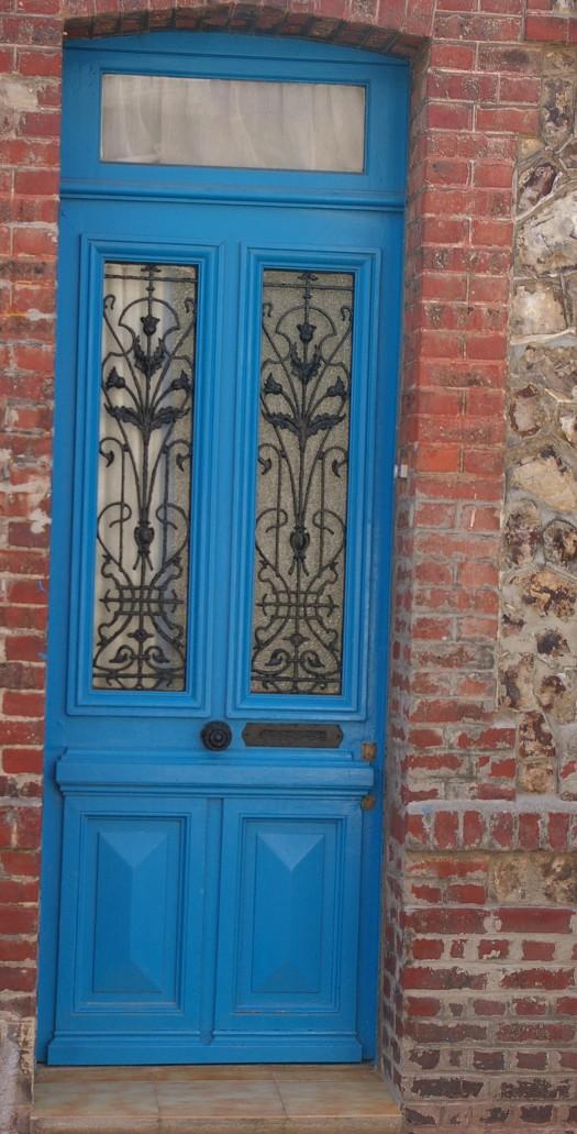 blaue Haustür mit Eisengitter in Fecamp Normandie