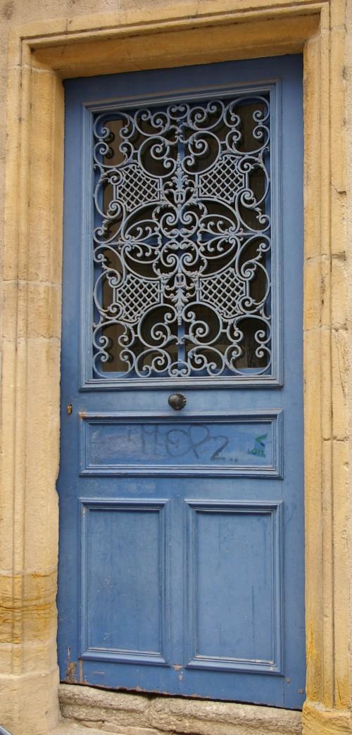 blaue Haustür mit Eisengitter in Metz Frankreich