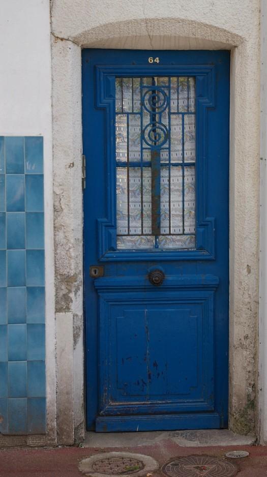 blaue Tür mit passenden Fliesen in Saint Aubin Normandie