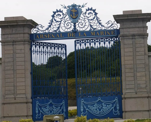 blaues schmiedeeisernes Eingangstor in Cherbourg Frankreich