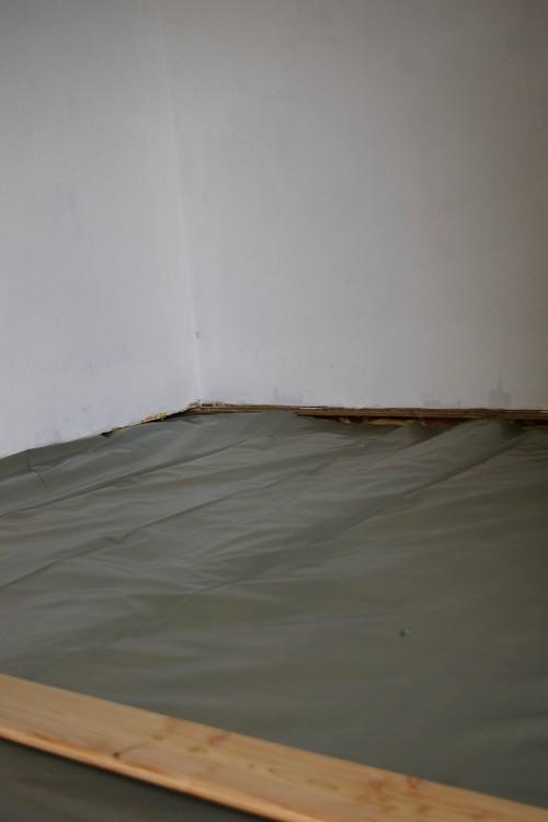 Folie über die Dämmung und Balken gelegt