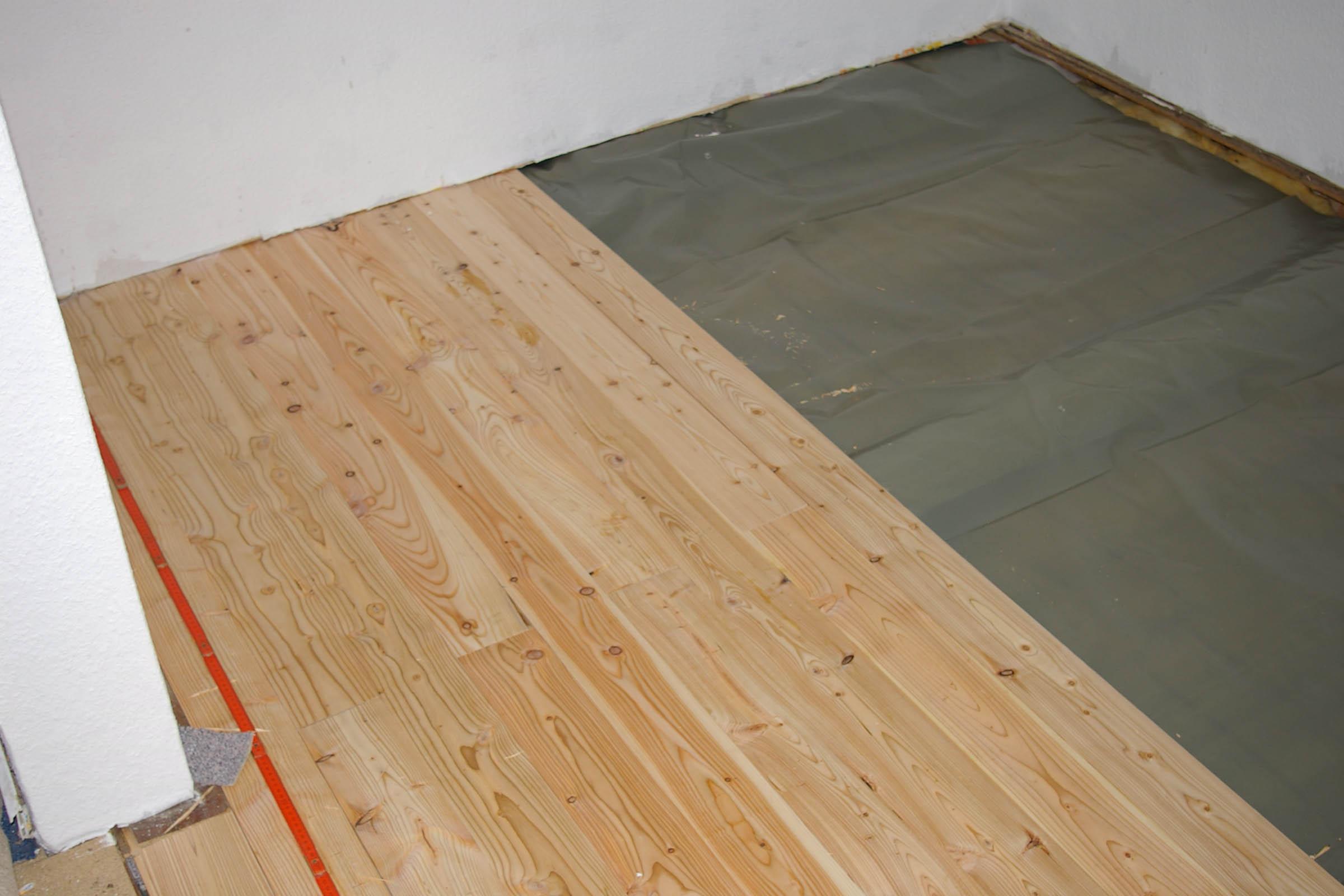 diy fu boden neu verlegen mit l rchenholz recyclingkunst und der versuch langsam und. Black Bedroom Furniture Sets. Home Design Ideas