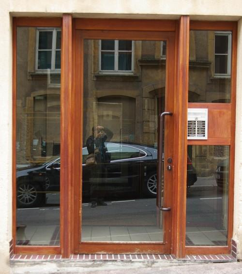 braune Holz-Glas Tür in Metz Frankreich