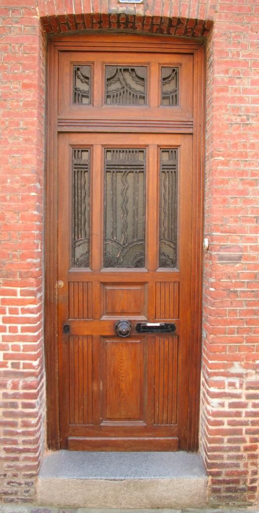 braune Tür mit schmiedeeisernen Gitter in Fecamp Normandie