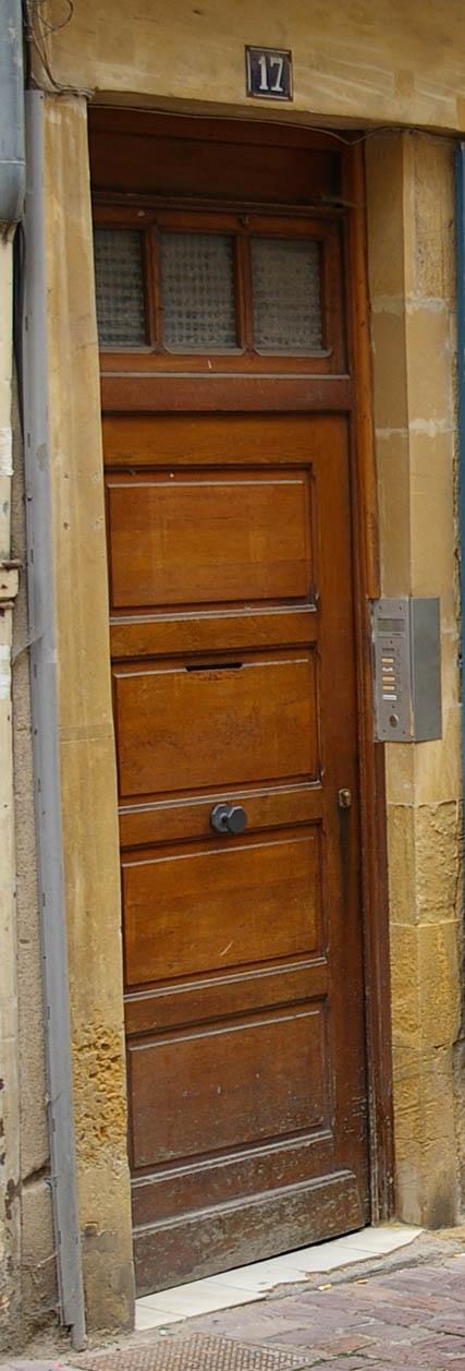 braune Tuer Seitenansciht in Metz, Frankreich