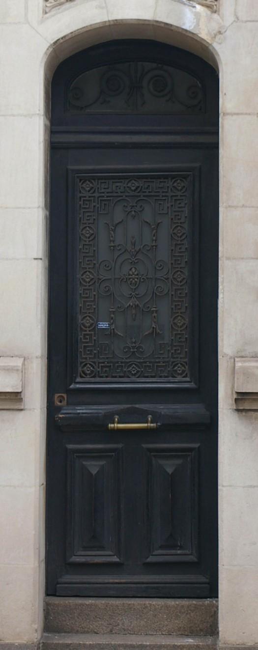 dunkelblaue Tür mit schmiedeeisernen Verzierungen in Cherbourg Frankreich