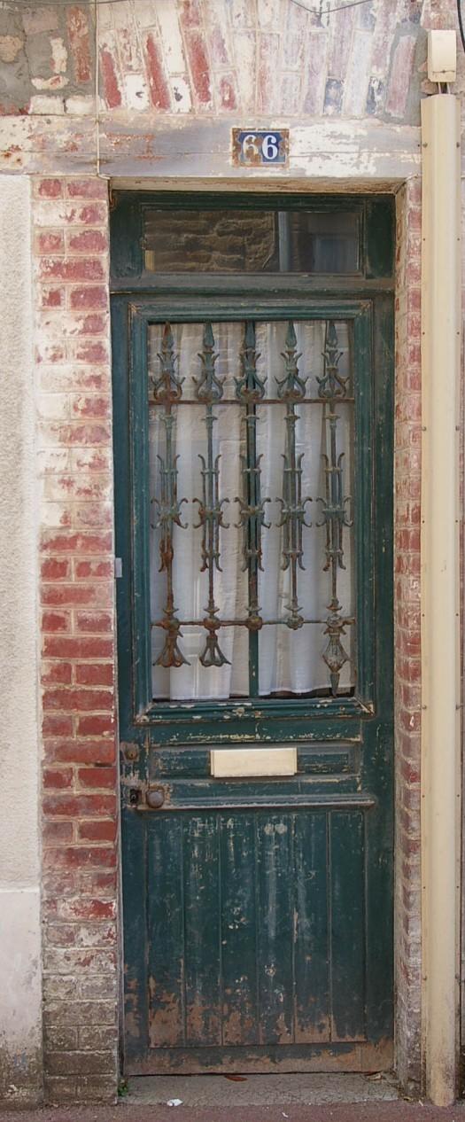 dunkelgrüne alte Tür Saint Aubin Normandie