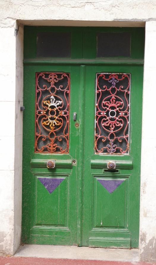 grüne Tür mit rotem Eisengitter Saint Aubin Normandie