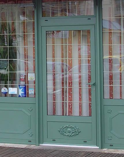 Typisch für Frankreich: Tür mit viel Glas in Cherbourg