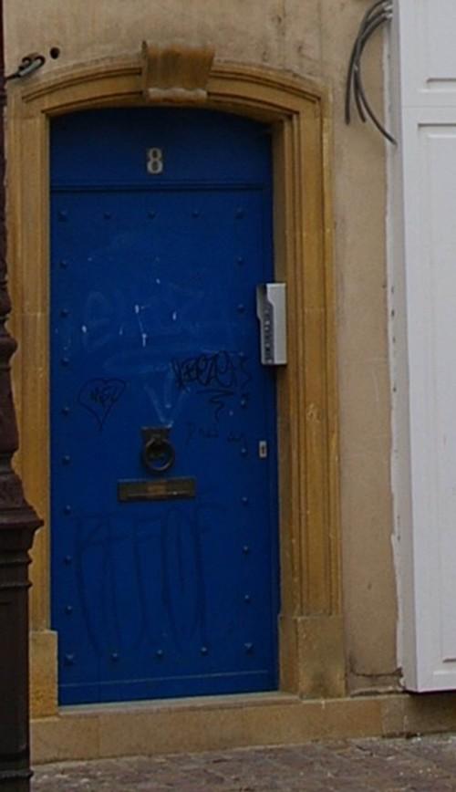 blaue Eingangstür in Metz Frankreich