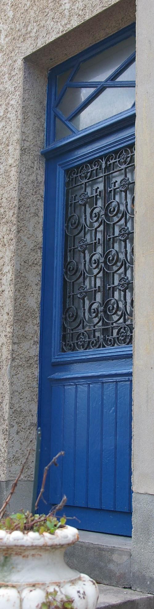 Tür mit schwarzem Gitter St Aubin Normandie