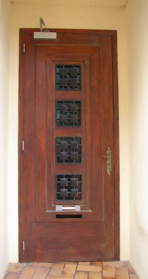 Tür dunkelbraun mit schwarzem Gitter in Saint Aubin Frankreich