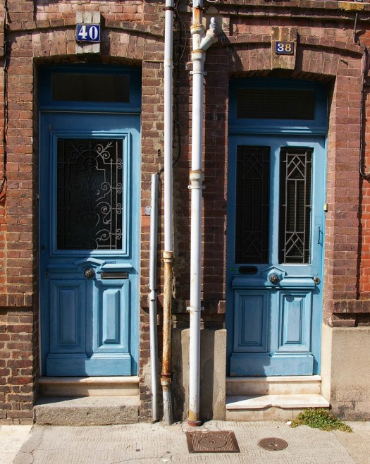 zwei hellblaue Eingangstüren in Fecamp, Normandie