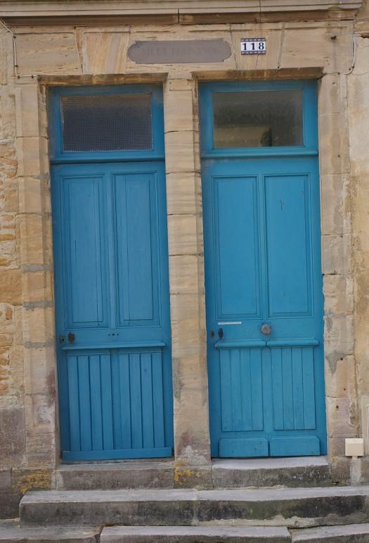 zwei blaue Holztüren in St Aubin Normandie