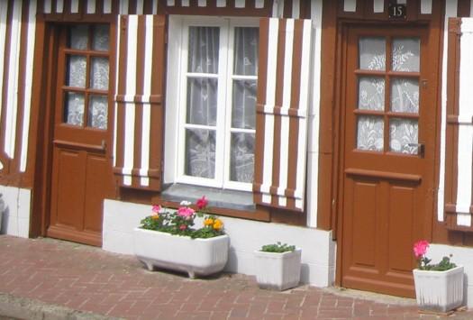 zwei schlichte Holztüren passend zum Muster des Hauses