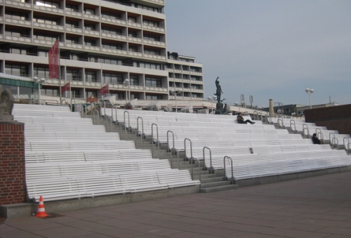 Bänke vor Musikmuschel Promenade Westerland Sylt