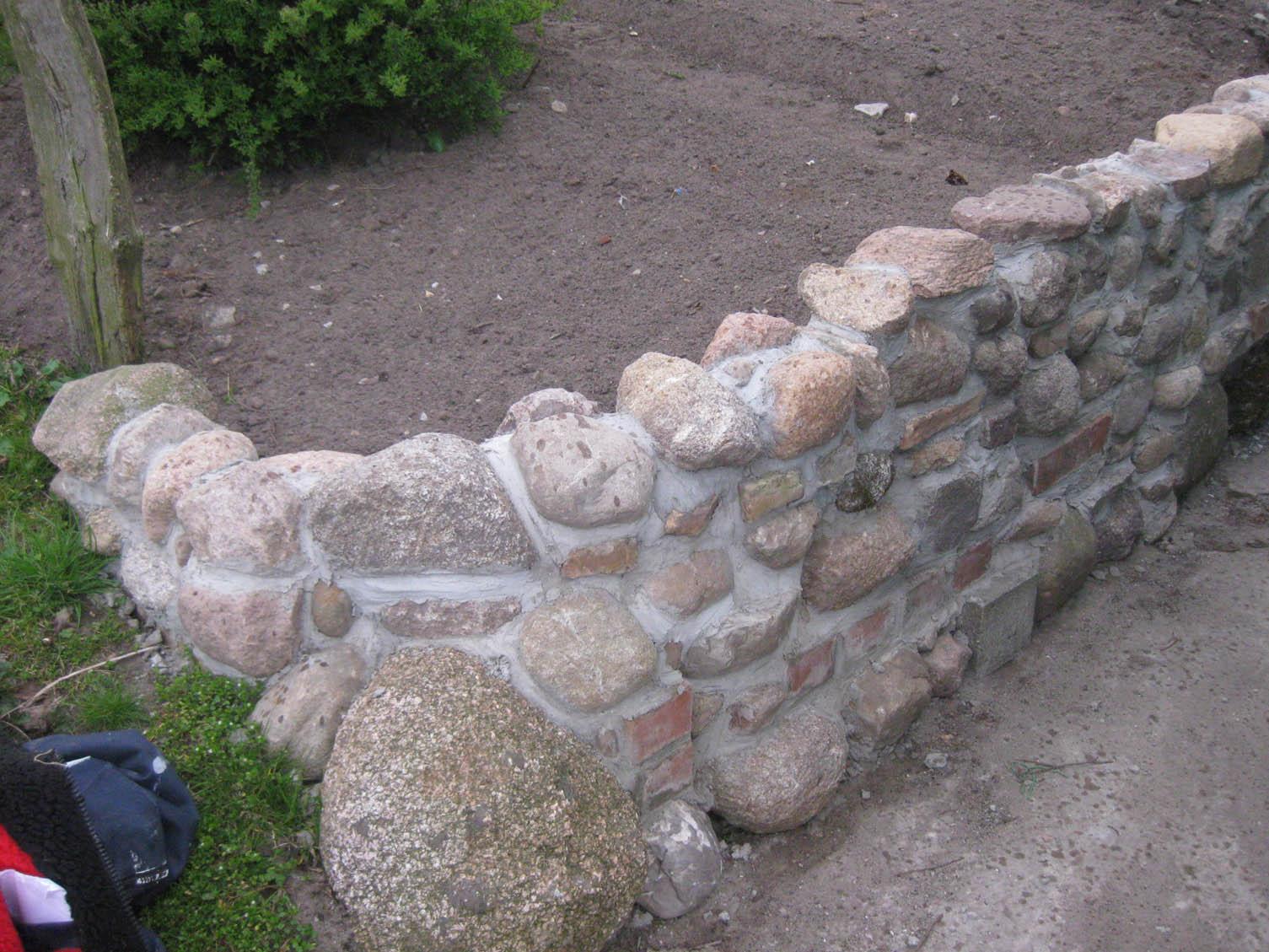 mauer aus feldsteinen steinmauer selbstgemacht | recyclingkunst, Gartenarbeit ideen