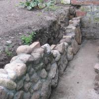 Selbstgemacht: die Mauer aus Feldsteinen ist fast fertig