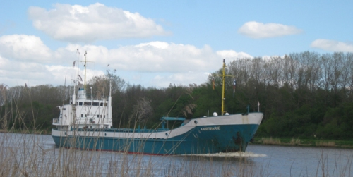 tuerkises Schiff am Kanal,  Nord-Ostsee-Kanal