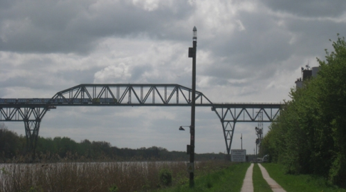 Zug auf Bruecke am Nord-Ostsee-Kanal