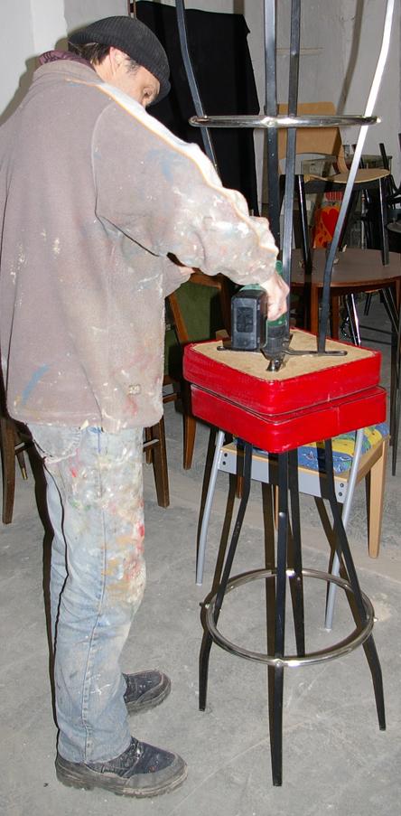 Barhocker, alter Barhocker, Barhocker mit rotem Schaumstoffpolster