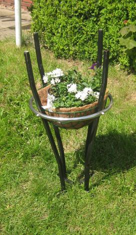 mit Blumen, Pflanzenständer, Pflanzenampel, Recycling,