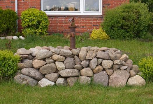 Pumpen Gartenmauer Feldsteinmauer Pumpe im Vorgarten