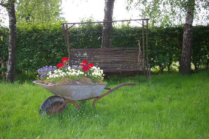 Schubkarre Gartendekoration Stiefmütterchen Geranien