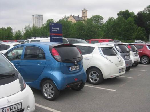 Elektroautos alles Elektroautos auf einem Parkplatz in Oslo